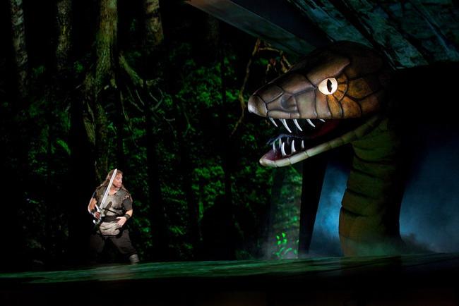 Siegfried: Jay Hunter Morris és a sárkány (fotó: Ken Howard)