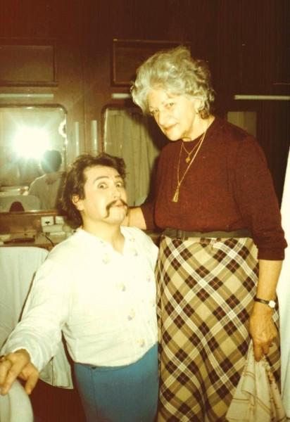 Tanítványával, Bándi Jánossal egy Cosi-előadás szünetében 1986-ban