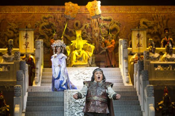 Vang Vej (Turandot), Vang Haj-min (Altoum császár) és Li Suang (Kalaf) (fotó: Pályi Zsófia / Budapesti Tavaszi Fesztivál)