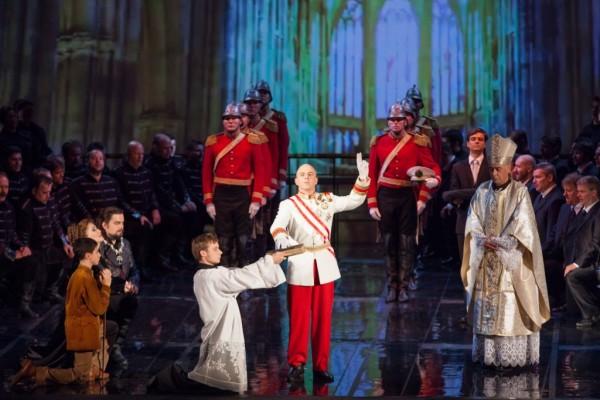 Jelenet az előadásból, középen Megyesi Zoltán mint V. László