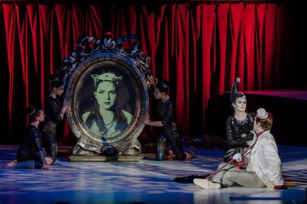 Jelenet az első felvonásból, elöl Hertelendy Rita (az Éj királynője) és Megyesi Zoltán (Tamino) (fotó: Vermes Tibor)