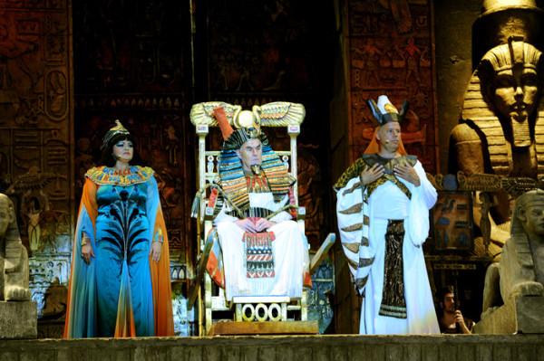 Amneris, a király és Ramfis: Wiedemann Bernadett, Berczelly István és Palerdi András (fotó: Szkárossy Zsuzsa / Budapesti Nyári Fesztivál)