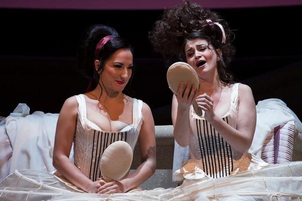 Dorabella és Fiordiligi: Balga Gabriella és Celeng Mária (fotó: Mányó Ádám)