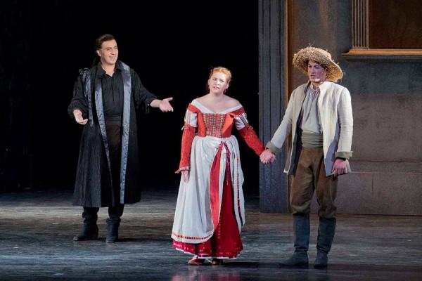 Erwin Schrott (Don Giovanni), Szemere Zita (Zerlina) és Sándor Csaba (Masetto) (fotó: Rákossy Péter / Magyar Állami Operaház)