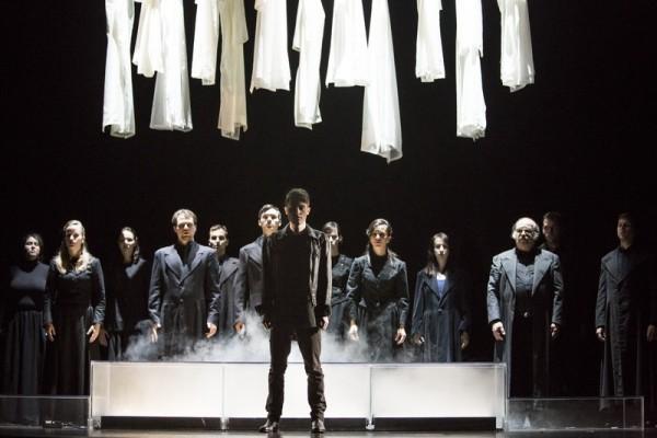Jelenet Gluck operájából, középen Daragó Zoltán (fotó: Pályi Zsófia / Magyar Állami Operaház)