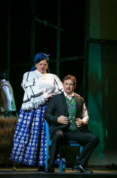 A Szomszédasszony és a Fiatal legény: Wiedemann Bernadett és Ujvári Gergely (fotó: Csibi Szilvia / Magyar Állami Operaház)