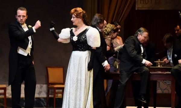 Flora és Douphol: Bódi Marianna és Fülep Máté (fotó: Máthé András / Csokonai Nemzeti Színház)