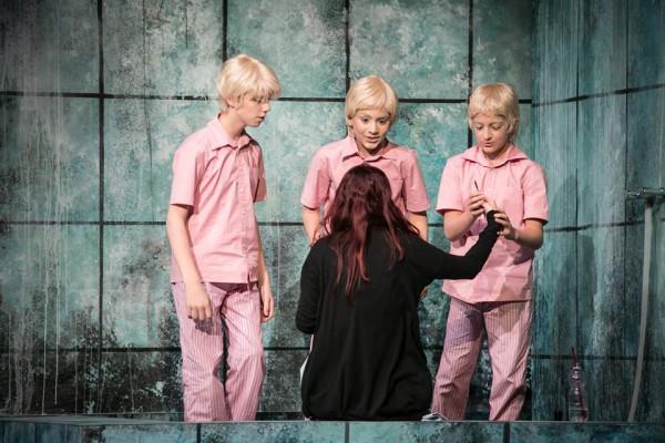 Pamina (Kovács Éva) és a három fiú (fotó: Kállai-Tóth Anett / Armel Operafesztivál)