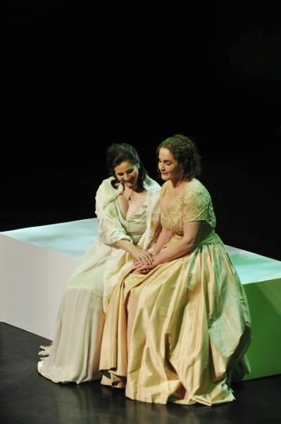 Olga és Tatjána: Veronica Amarres és Michaela Kaune (fotó: Művészetek Palotája)