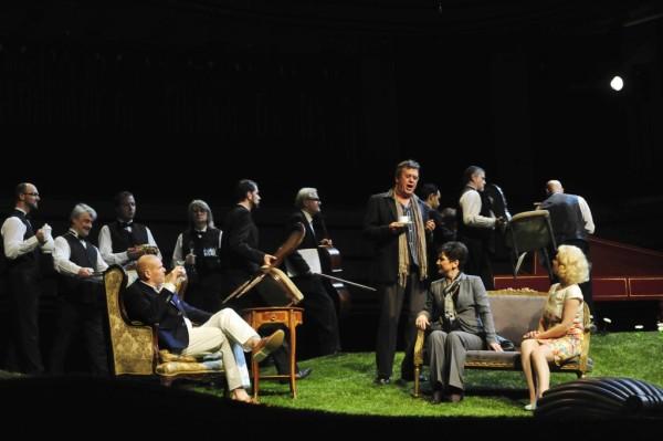 Jelenet az előadásból, középen La Roche: Franz Hawlata