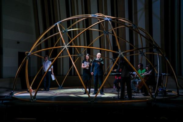 Jelenet az első részből: Vörös Szilvia, Megyesi Zoltán, Maurice Lenhard és a hangszeres együttes (fotó: Hrotkó Bálint)