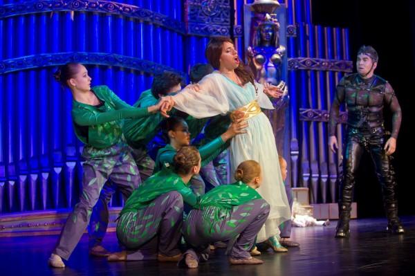 Jelenet A varázsfuvola-előadásból, középen Hajnóczy Júlia (Pamina) (fotó: Fejér Gábor / Zeneakadémia)