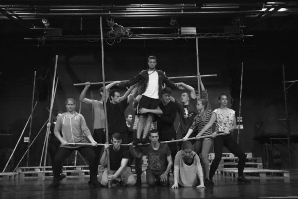 Jelenet az előadásból, középen a fiú: Szántó Balázs (fotó: K. Kovács Ákos)