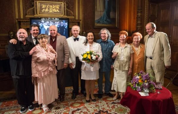 Tokody Ilona kollégái körében a díjátadás után (Fotó: MÁO / Nagy Attila)