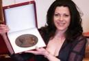 Bazsinka Zsuzsanna kapta a Székely Mihály-emlékplakettet
