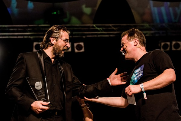 Vajda Gergely karmester gratulál a díjat átvevő Zeljko Andricnak. Fotó: Balogh Zoltán / MTI