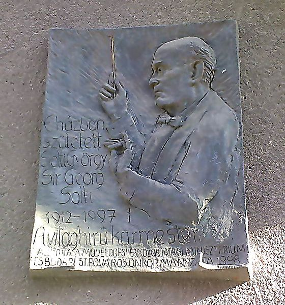 Solti György emléktáblája szülőházán (Rácz Edit alkotása)
