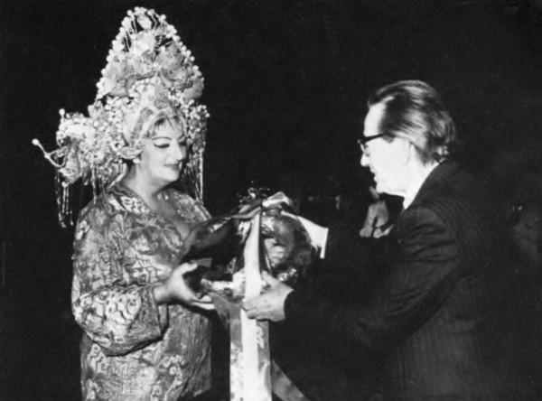 Turandot szerepében a huszonöt éves jubileumi előadáson, Mihály András igazgatóval