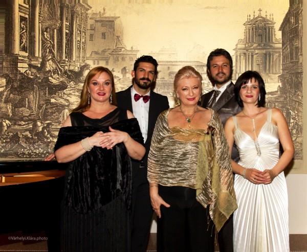 Csoportkép a Verdi-koncert után: Tiffany Rufini, Sass Sylvia, Vera Likerova; 2.sor: Davide Finotti és Riccardo Certi