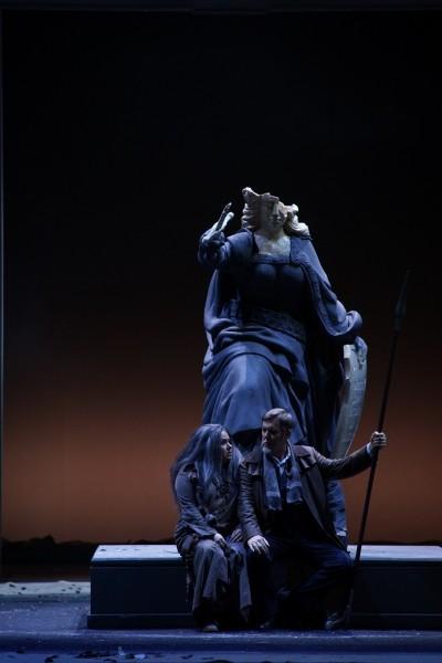 A wiesbadeni Siegfriedben Jukka Rasilainen partnereként (fotó: Karl Foster / Hessisches Staatstheater Wiesbaden)