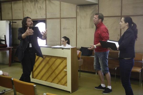 Roland Baumgartner az énekeseket instruálja