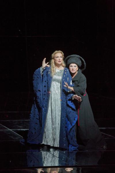 Anne Schwanewilms (császárné) és Komlósi Ildikó (dajka) - Met, 2014. (fotó: Ken Howard / Metropolitan Opera)