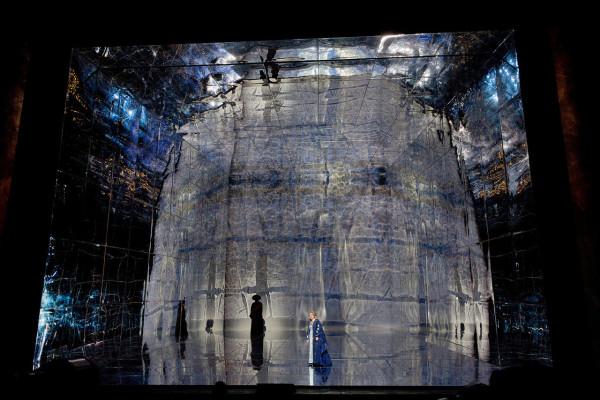 Jelenet a Metropolitan 2014-es előadásából. Színpadkép: Herbert Wernicke (fotó: Ken Howard / Metropolitan Opera)