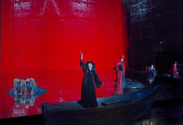 Jelenet a Metropolitan 2014-es előadásából, középen Komlósi Ildikó (dajka) (fotó: Ken Howard / Metropolitan Opera)