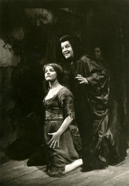 Brenda Roberts mint kelmefestőné és Astrid Varnay mint dajka egy nürnbergi előadásban