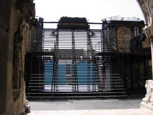 A lépcső a Dóm felől, szemben a nézőtér