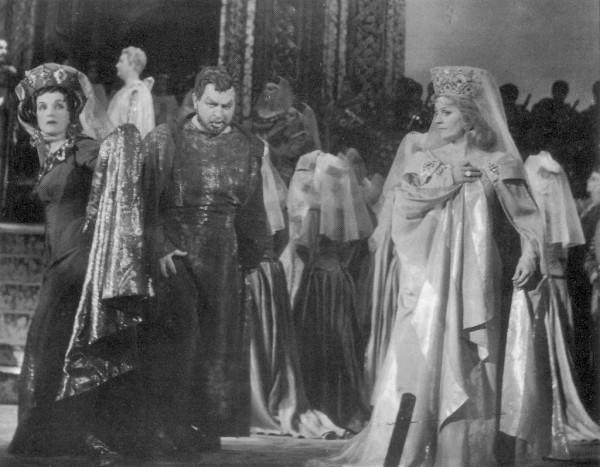 A Lohengrind Telramundjaként Delly Rózsival és Orosz Júliával