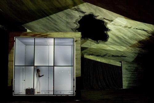 Dobozba zárva - színpadkép San Franciscóból