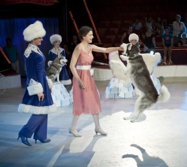 Asmik Grigorian kutyákat szelídít, a háttérben Kerényi Miklós Máté (fotó: Vermes Tibor)