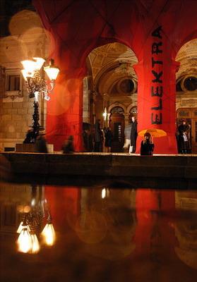 """Az Operaház bejárata """"becsomagolva"""" (Fotó: Éder Vera)"""