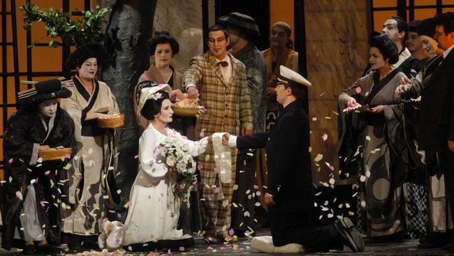 Az esküvő az első felvonásból - középen Bellai Eszter és Fekete Attila (Fotó: Éder Vera)