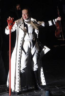 Molnár Gyöngyi az ördög szerepében (Fotó: Éder Vera)