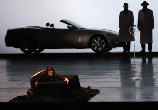 Herczenik Anna - a háttérben az autóval (Fotó: Éder Vera)