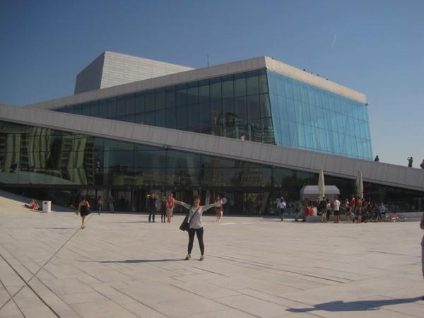 Az Oslói Opera előtt