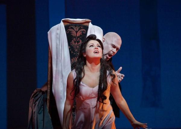 Antónia és Miracle doktor: Anna Netrebko és Alan Held (fotó: Ken Howard / Metropolitan Opera)