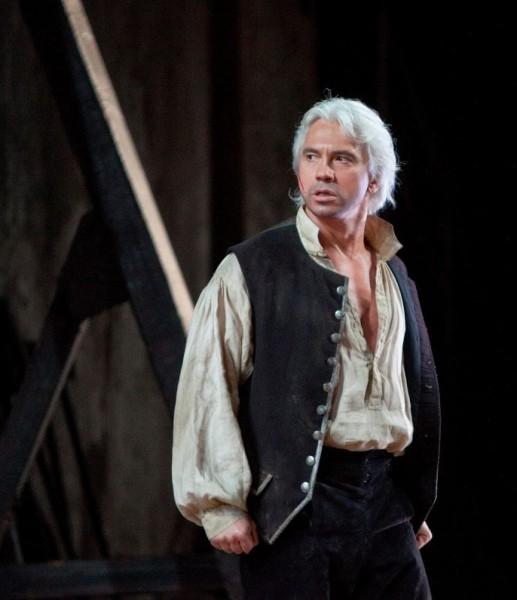 Dmitrj Hvorosztovszkij Luna gróf szerepében (fotó: Ken Howard / Metropolitan Opera)