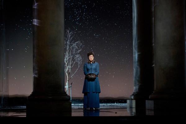 Anna Netrebko a Met Anyegin-előadásán - a hóesés őt sem kímélte (fotó: Ken Howard)
