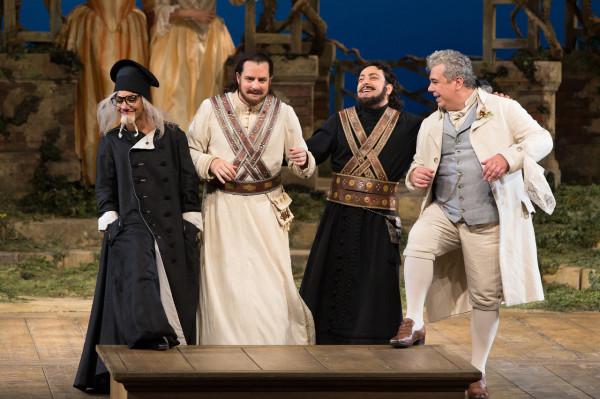 Danielle de Niese (Despina), Matthew Polenzani (Ferrando), Rogyion Pogoszov  Guglielmo és Maurizio Muraro (Don Alfonso) (fotó: Marty Sohl)