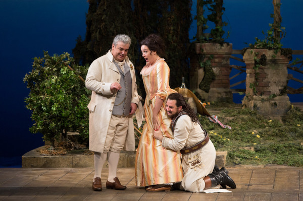 Maurizio Muraro (Don Alfonso), Susanna Phillips (Fiordiligi) és Matthew Polenzani (Ferrando) (fotó: Marty Sohl)