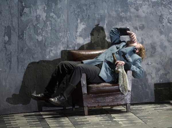 Cassio: Allan Clayton (fotó: Alastair Muir / English National Opera)