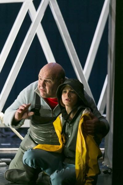 Peter Grimes és a fiú: Gerhard Siegel és Josef Roth (fotó: Thomas Dashuber / Staatstheater am Gärtnerplatz)