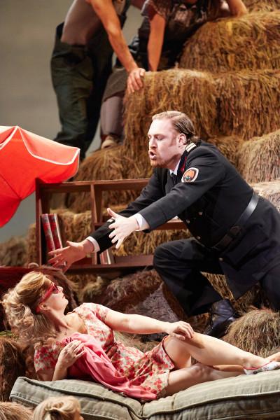 Adina és Belcore: Lucy Crowe és Molnár Levente (fotó: Mark Douet / Royal Opera House)
