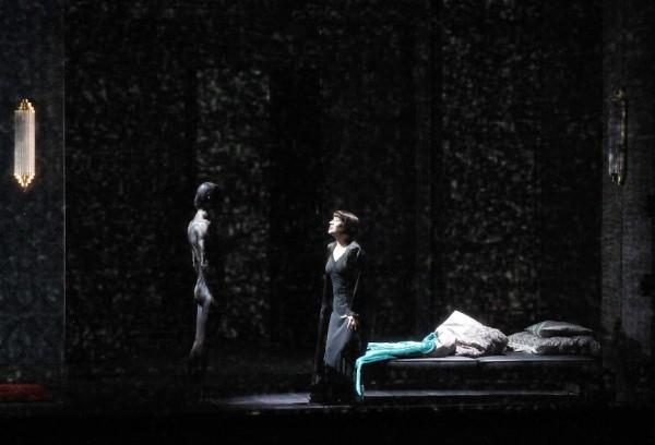 Salome (Gun-Brit Barkmin) és Jochanaan (fotó: Hana Smejkalová / Národní divadlo Praha)