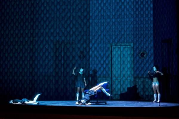 Jelenet az előadásból (fotó: Ilona Sochorová / Národní divadlo Praha)