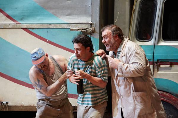 Nemorino és Dulcamara: Vittorio Grigolo és Bryn Terfel (fotó: Mark Douet / Royal Opera House)