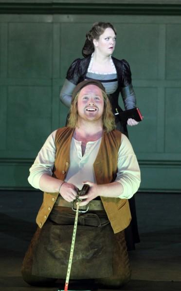 Magdaléna és Dávid: Madeleine Shaw és Nicky Spence (fotó: Catherine Ashmore / English National Opera)